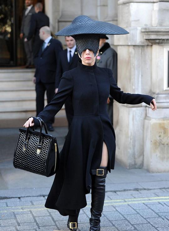 Bláznivou extravagantní image Lady Gaga hodila za hlavu...