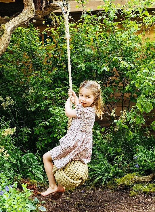 Princezna Charlotte si oblíbila houpačku.