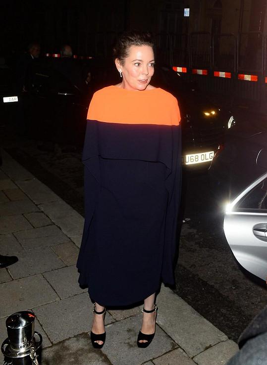 Olivia Colman vsadila rovněž na minimalismus ve střihově i barevně úsporném modelu Roksanda.