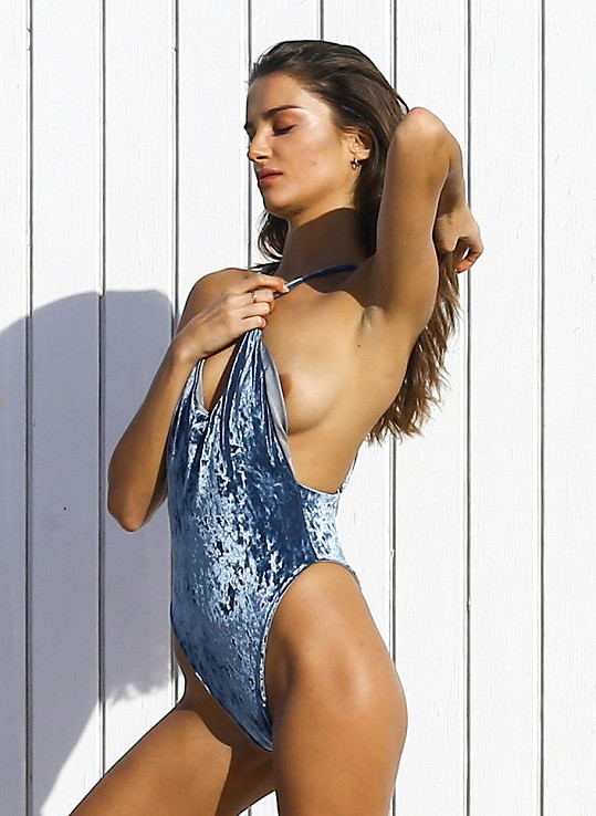 Modelce Gabrielle Caunesil vykouklo ňadro.