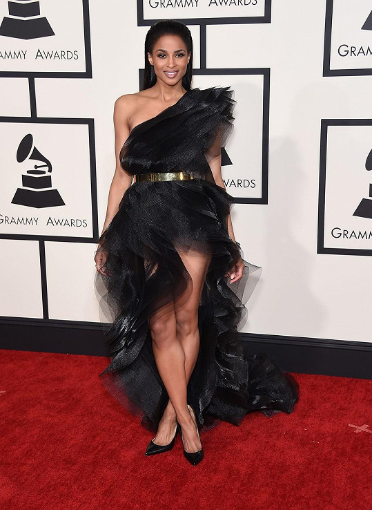 Ciara se pro tento večer stala velkou fanynkou taftu. Tento materiál šatů od Alexandreho Vauthiera se přes ni přelil jako přívalová vlna.