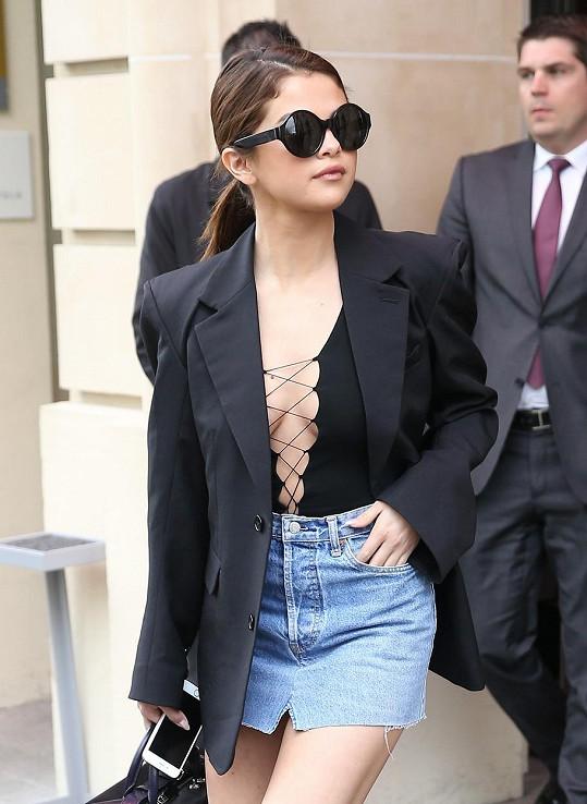Selena s novým studiovým albem přesedlala na odvážnější módu.