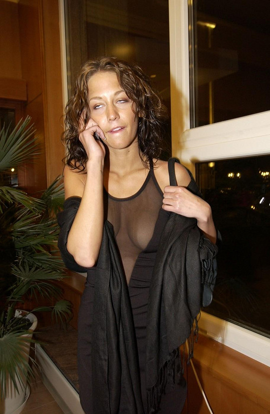 Agáta tehdy odhalila v průsvitném modelu svá prsa.