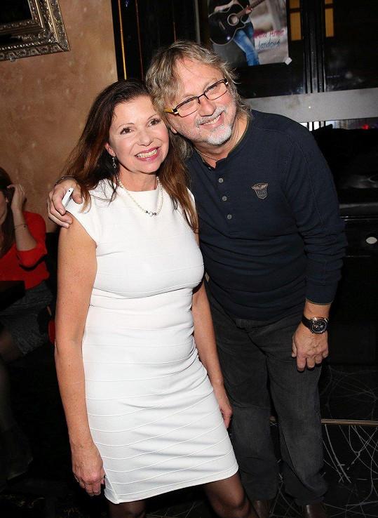 Dalibor Janda s manželkou Jiřinou přišli podpořit svou dceru Jiřinu, která křtila nové album.