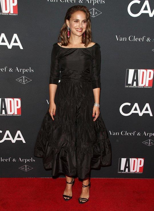 Na sobě měla černé šaty od Diora.