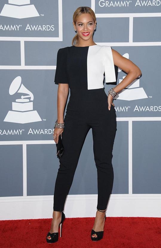 Beyoncé Knowles dělá vše, ale rozhodně nikdy nenudí. Tentokrát se doslova vykašlala na velkou večerní a oblékla zábavně geometricky řešený kalhotový kostým z dílny Osman Studio, nazula střevíce Kapla od Jimmy Choo a do ruky si vzala psaníčko Gemma od Swarovski.
