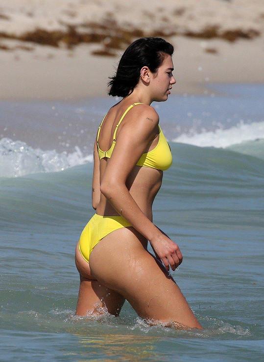 Během oslav příchodu nového roku si užívala koupačku v oceánu.
