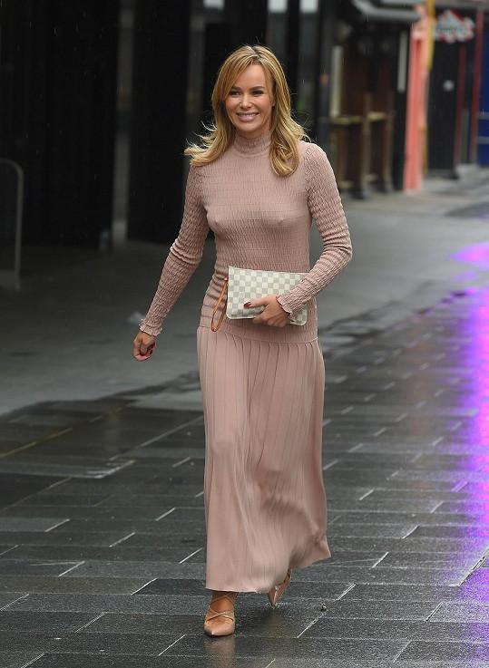 Amanda Holden vyrazila do ulic v dlouhých upnutých šatech.