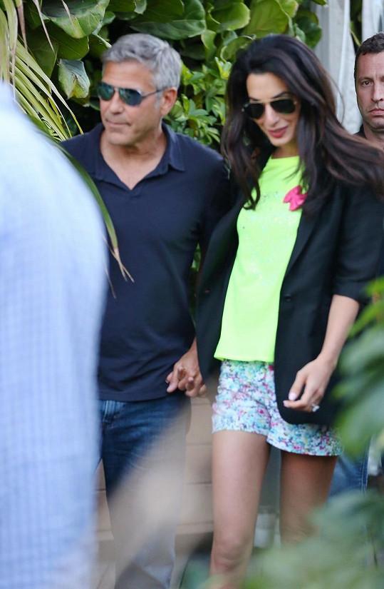 George se svou okouzlující partnerkou Amal, které se na ruce třpytí diamantový prsten.