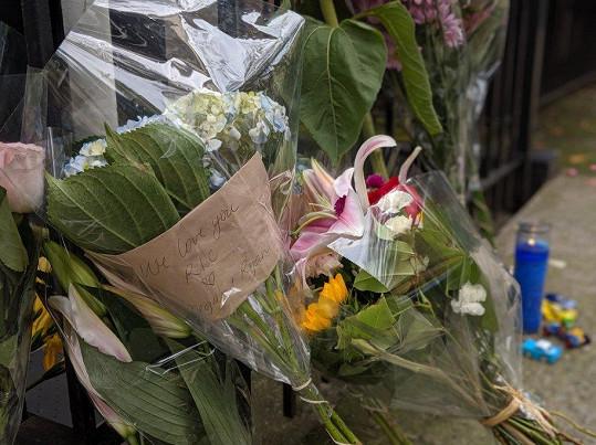 Ric Ocasek zemřel ve svém domě v New Yorku. Fanoušci k němu po oznámení smutné zprávy nosili květiny.