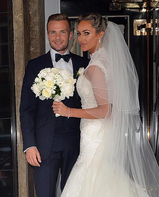 Nevěsta Georgina Dorsett s novomanželem Tomem Cleverleym