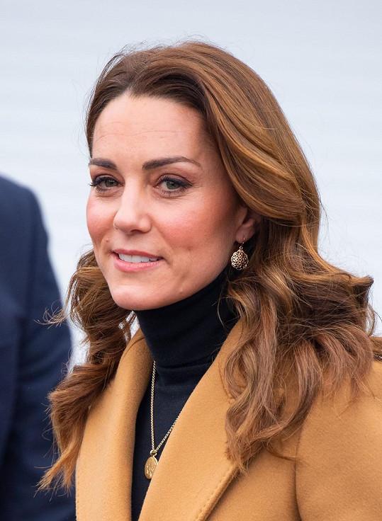 Od stejné britské šperkařky už má jeden náhrdelník, který má vyrytá první písmena jejích tří dětí. Ten vynesla v lednu loňského roku v Cardiffu.