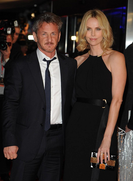 Před George randil herec s Charlize Theron.