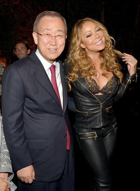 Mariah Carey vedle generálního tajemníka OSN.
