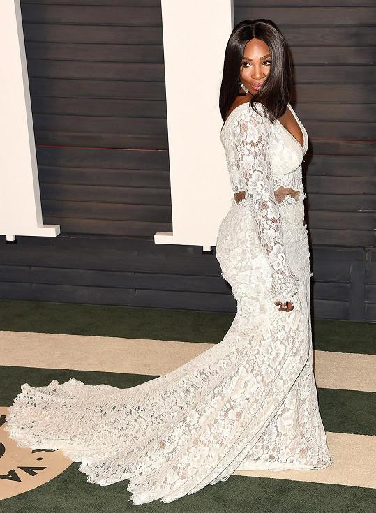 Krajkové bílé šaty s vlečkou oblékla stále svobodná Serena Williams zřejmě poprvé, ale snad ne naposledy...