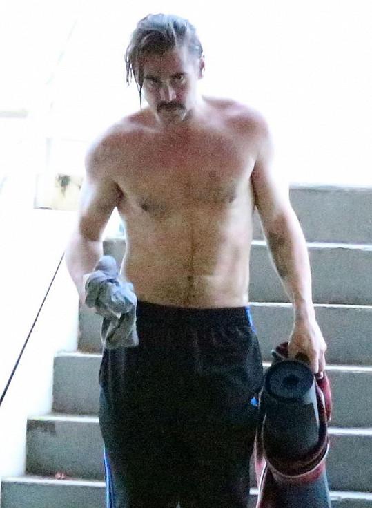 Colin Farrell si dává do těla na hodinách jógy.