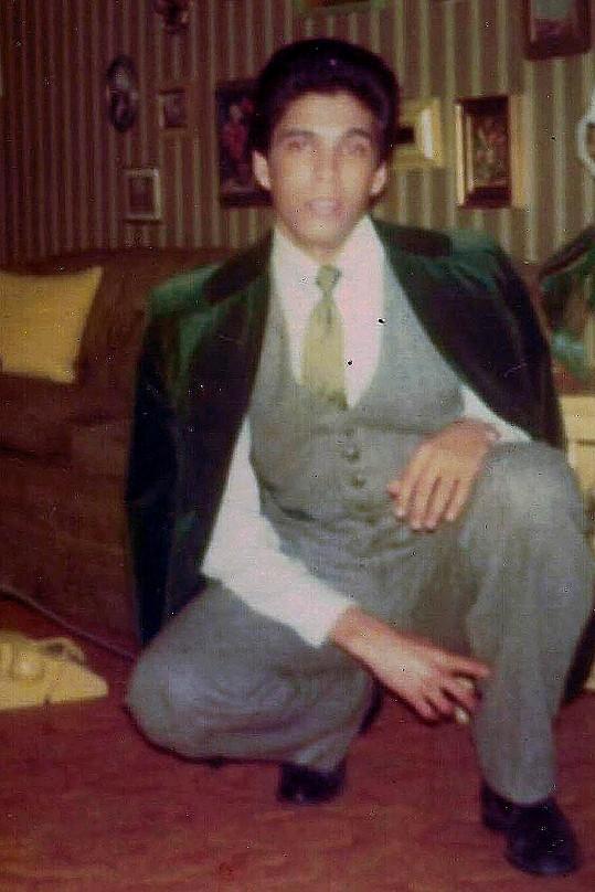 Monique na fotografii ještě jako pohledný osmnáctiletý mladík