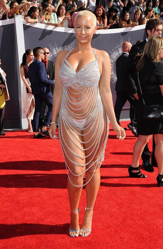 Něco podobného, co předvedla Amber Rose, oblékla na udílení stejných cen v roce 1998 Rose McGowan zavěšená do Marilyna Mansona. Opakovaný vtip není vtipem. Manželka amerického rappera Wiz Khalify předvedla naprosto stejný model s tou výjimkou, že si oblékla podprsenku.