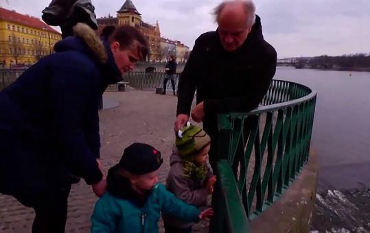 Kocáb na procházce se synem Davídkem a vnučkou Miou