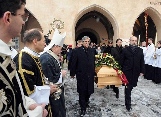 Rakev vynesli Jiráskové herečtí kolegové v čele s Jiřím Bartoškou.