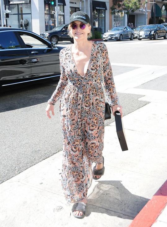 Sharon Stone se za pozornost fotografů nezlobila, v Beverly Hills je čekala.