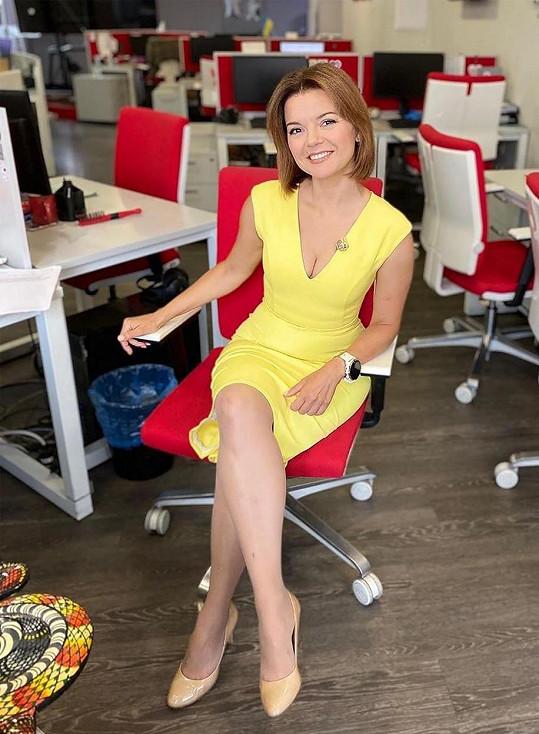 Marička Padalko moderuje zprávy na ukrajinské televizní stanici TSN.