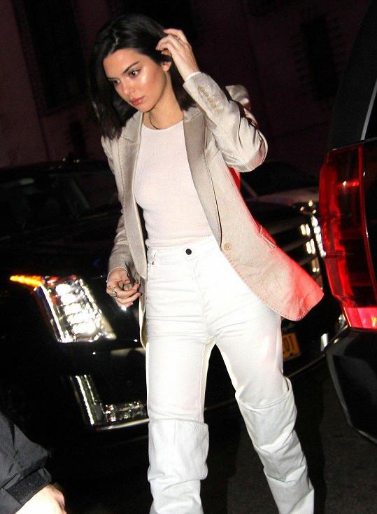 Kendall Jenner je mladší sestrou americké celebrity Kim Kardashian.