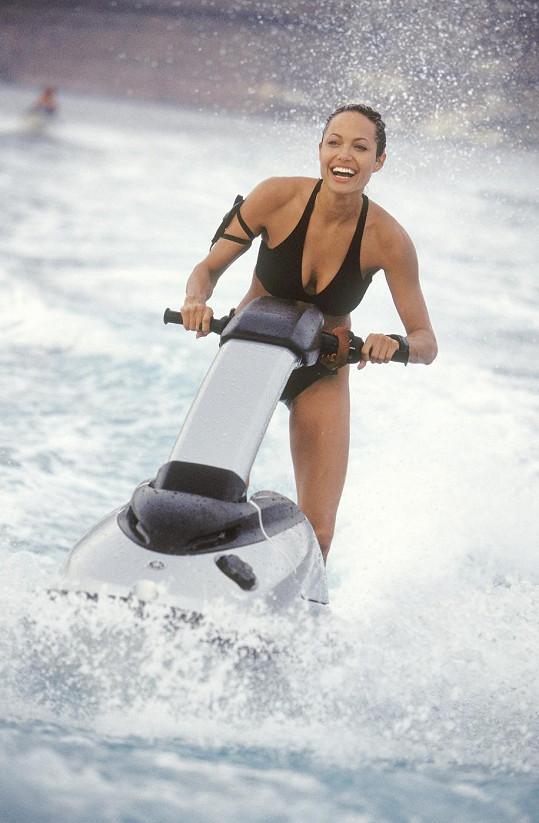 Angelina Jolie v plavkách jako Lara Croft.