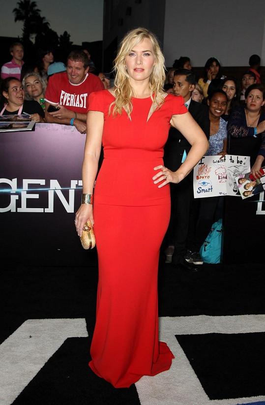 Červená barva zdůraznila její oblé křivky.