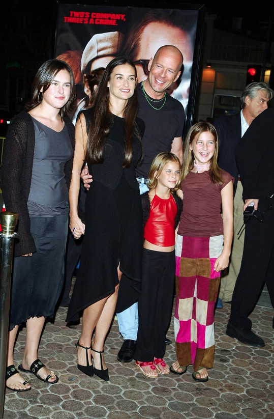 Archivní snímek celé spokojené rodiny. Tallulah je dole v červeném topu.