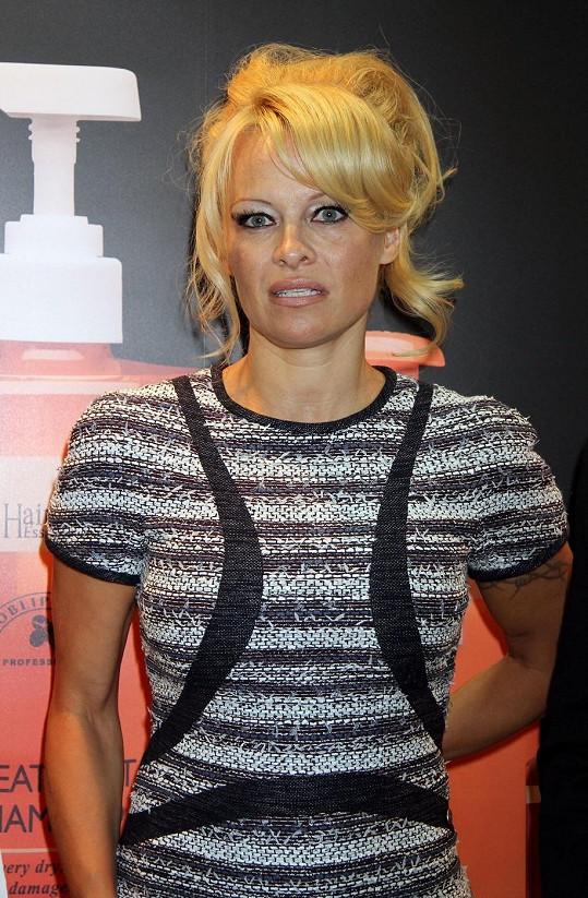 Pamela Anderson by se měla svěřit do péče odborníka.