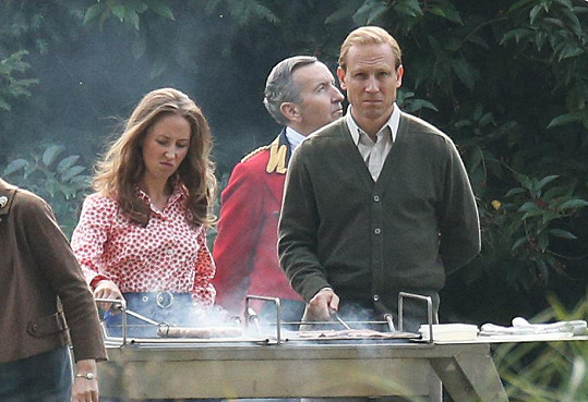 Scéna královského grilování se objevila i v Koruně. Na snímku Erin Doherty s představitelem prince Philipa Tobiasem Menziesem.