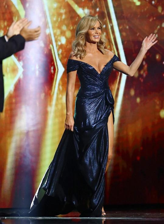 Amanda Holden v šatech, které vzbudily rozruch v sobotním díle britského Talentu.