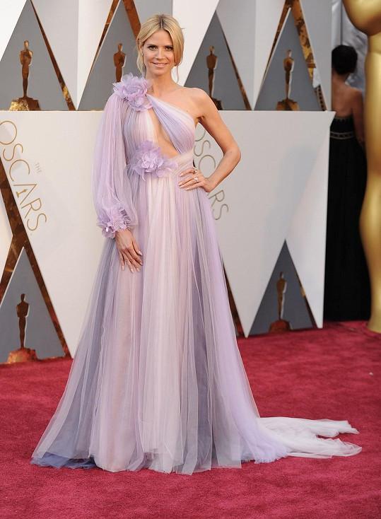 Za svůj styl je většinou velebená až do nebe, tentokrát ale supermodelka Heidi Klum šlápla vedle. Včera do Divadla Dolby nakráčela v modelu Marchesa, kvůli kterému padly za vlast všechny skladové zásoby záclon v Německu.
