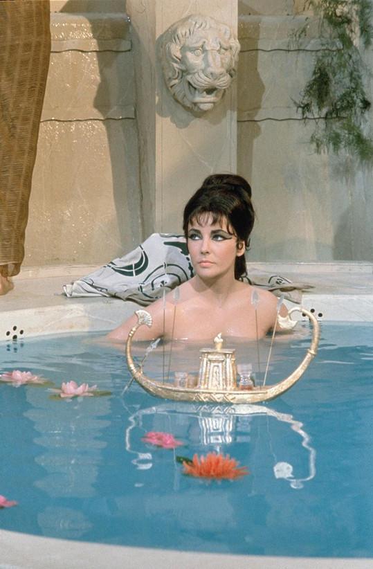 Liz Taylor mohla Marilyn závidět leccos. Vydělávala však desetkrát více. Za Kleopatru si připsala na účet celý milión dolarů.