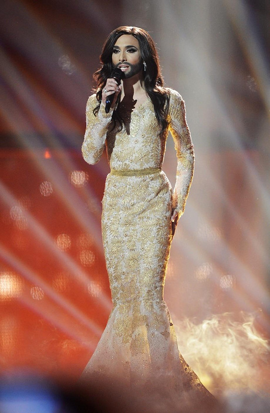 V této zahalující vyšívané říze v siluetě mořské panny (její oblíbený střih) vyhrála Eurovizi.
