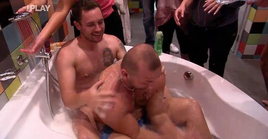 Pepa umyl Thomasovi záda.