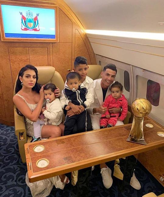 Cristiano Ronaldo s partnerkou Georginou a jejich čtyřmi dětmi