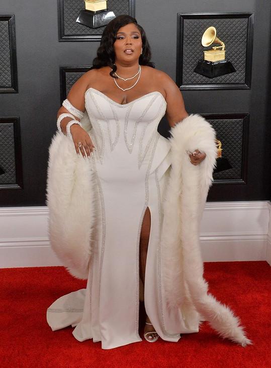 Překvapením večera byla korpulentní zpěvačka Lizzo, která vzdala hold zlaté éře Hollywoodu v modelu z Ateliéru Versace, který vyzdvihl ženské tvary. Donatella Versace se snažila zpěvačce opticky prodloužit postavu pomocí vysokého rozparku a kožešinového boa.