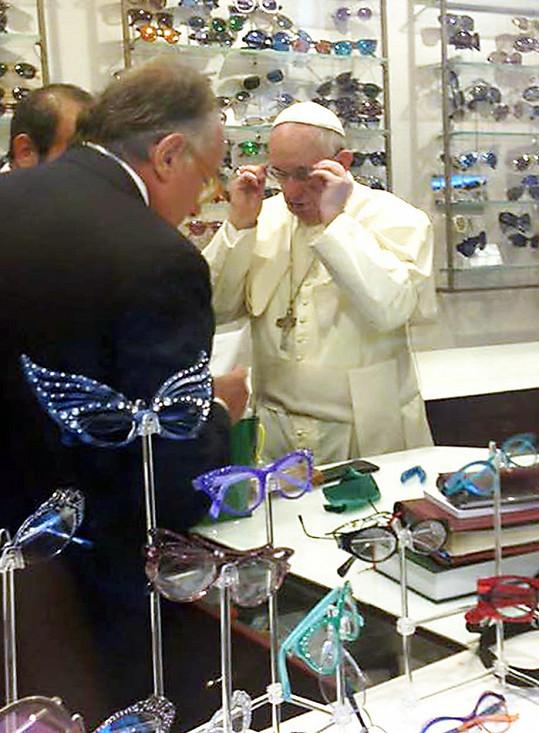Papež František má nové brýle z Říma.