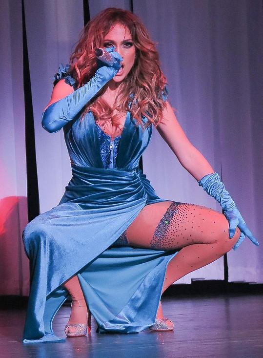 Ani v těchto šatech Jennifer Lopez dlouho nepobyla.