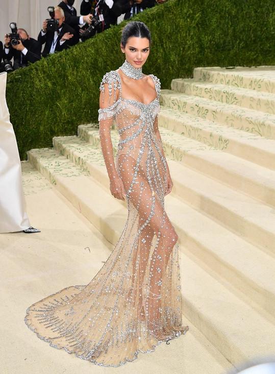 Kendall Jenner dorazila na Met Gala v průhledném modelu.