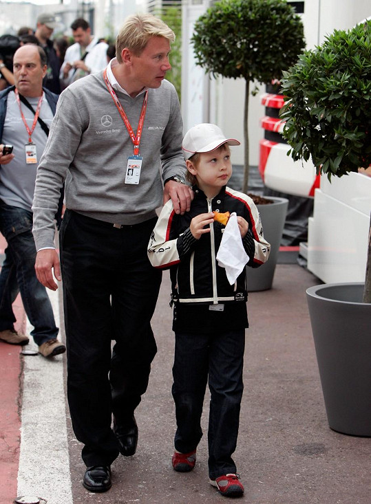 Mika Häkkinen s nejstarším synem Hugem, který je spolužákem syna Terezy Maxové.