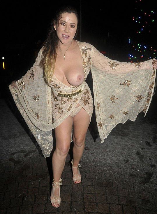 Vykouklo jí prso.
