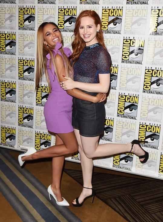 S Madelaine Petsch v seriálu Riverdale hrají partnerky.