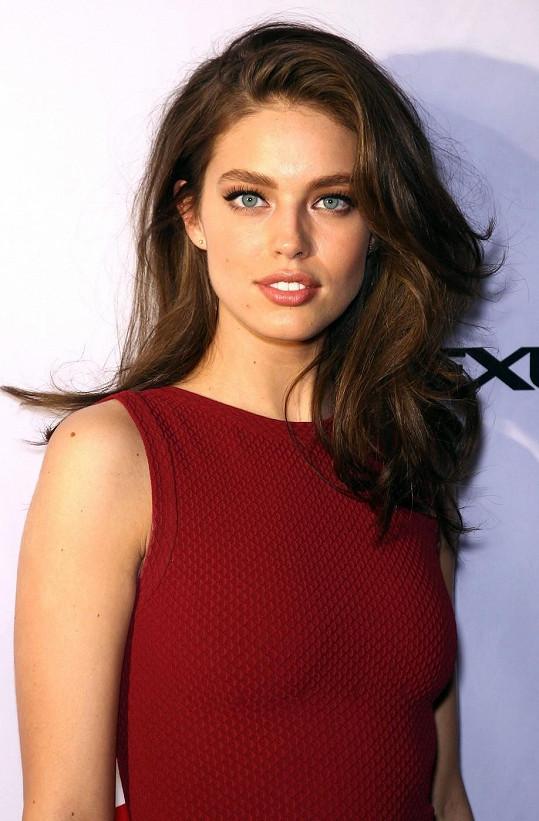 Dvaadvacetiletá kráska je úspěšnou modelkou.