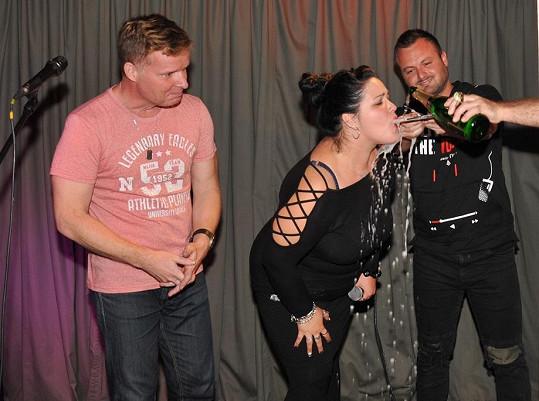 Leona Šenková pokřtila singl a videoklip se svými přáteli.