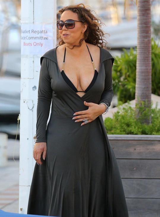 Mariah zhubla a začíná se více odhalovat.