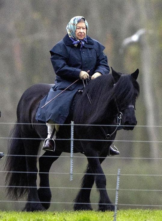Ani v 94 letech se královna Alžběta II. nevzdává své vášně.