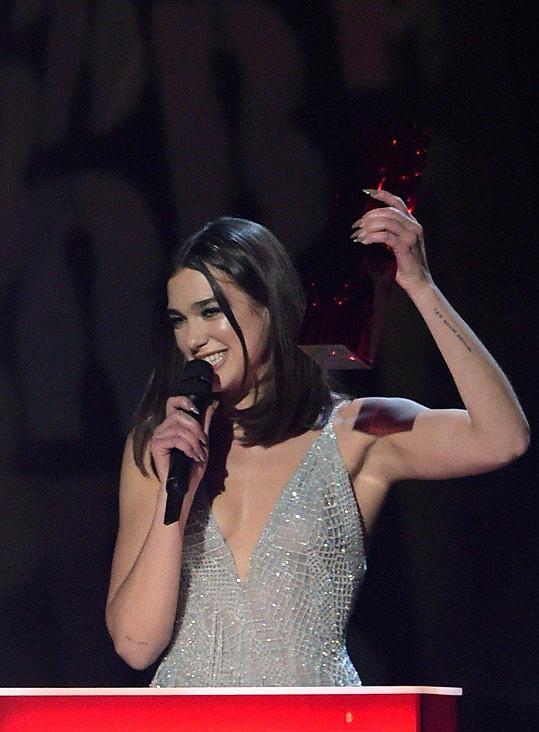 Nejlepší ženskou sólovou zpěvačkou se pro rok 2018 stala původem kosovská Albánka Dua Lipa (22).